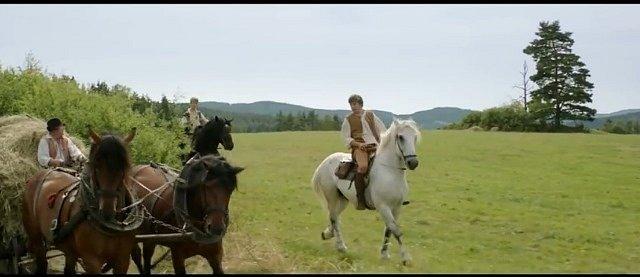 V okolí pošumavských Čestic vznikly jezdecké scény na koních a také svážení sena povozem do chalupy.