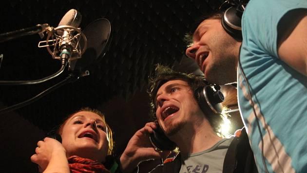 16 písní bude na desce, která se dokončuje v českobudějovickém studiu MKP. Točí se zde album, na němž se představí skupiny a písničkáři z hnutí Folk žije! Snímek z natáčení jihočeské skupiny Epy de Mye.