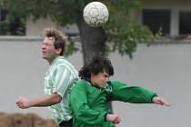 Nemanický Kotaška (vlevo) se ve vzdušném souboji utkal s dorostencem Lišova Petrem Várou. Lišovští fotbalisté si jinak v Nemanicích moc nevyskakovali, prohráli 0:4.