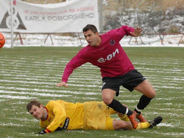 Brazilskému útočníku Renanovi (na snímku uniká příbramskému Navrátilovi) na Složišti ani citelná zima nevadila, proti béčku Marily Příbram odehrál dobrý zápas.