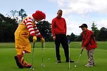 """Oblíbená postavička, Ronald, dohlížela na pokroky golfových nadějí. """"Úroveň i těch nejmladších hráčů se za poslední roky neuvěřitelně zvýšila,"""" říká se spokojeností v hlasě manažer GKHNV Antonín Loužek."""