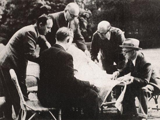 Plán na zabití Heydricha vznikl uEdvarda Beneše (vpravo). Na snímku jsou Jan Masaryk, nahoře kancléř Jaromír Smutný, zády důstojník František Moravec, jméno muže vlevo není jisté.