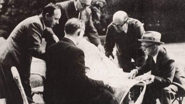 Plán na zabití Heydricha vznikl u Edvarda Beneše (vpravo). Na snímku jsou Jan Masaryk, nahoře kancléř Jaromír Smutný, zády důstojník František Moravec, jméno muže vlevo není jisté.