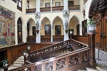 O návštěvu Hluboké nad Vltavou je letos enormní zájem. Valdštejsnkými apartmány provedl i pan kastelán.