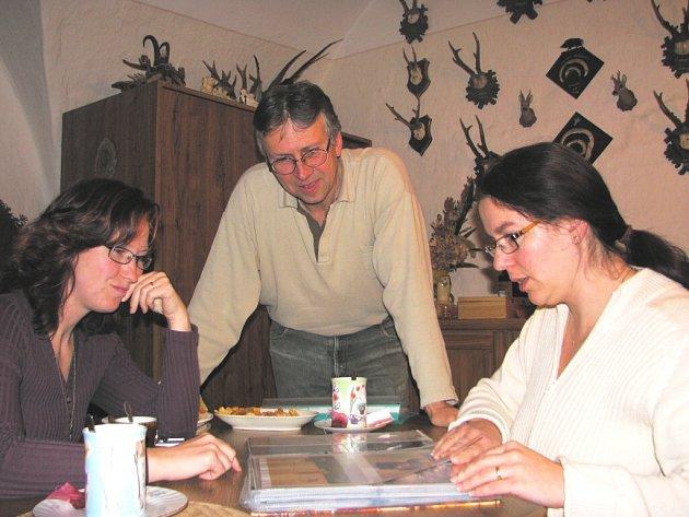 Členové osadního výboru Hroznějovic se radí v příjemné rodinné atmosféře. Zleva Blanka Souchová, Jaroslav Stropnický a Katarína Hylenová.
