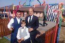 Radim Pouzar se žení, na snímku vlevo  Jiřím Hrbáčem (vlevo) a Matějem Pouzarem