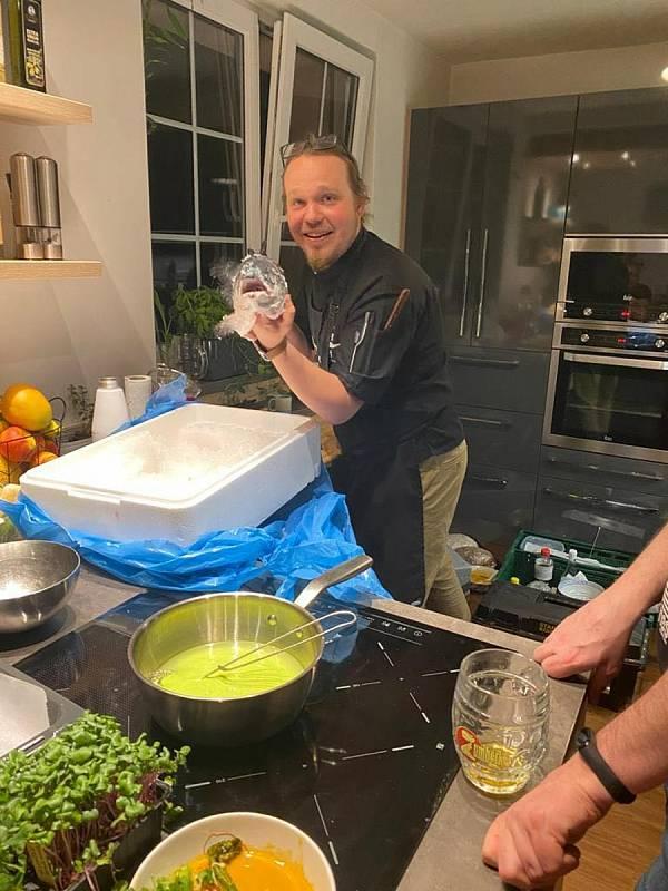 Když Jiří Lhota vaří v soukromí jde nezapomenutelný zážitek. Nejraději kuchtí asijskou a moderní českou kuchyni. Při přípravě rád komunikuje s hosty a zapojuje je do procesu.