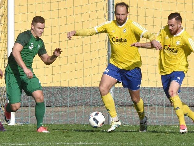 Písečtí fotbalisté ve III. lize před týdnem nastříleli Nymburku šest branek (na snímku v útočné akci Antonín Presl). O víkendu fotbalové soutěže v kraji pokračují.
