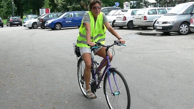 Cyklisté, především ti zahraniční, i někteří motorkáři si pro svou vlastní bezpečnost před jízdou oblékají i reflexní vesty.