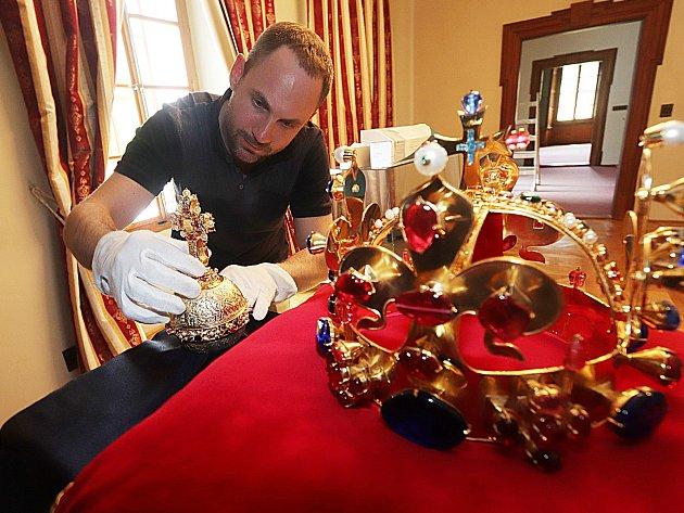 Kopie českých korunovačních klenotů budou vystaveny v Kolodějích nad Vltavou na zámku Mitrowicz.