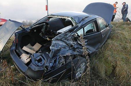 Na železničním přejezdu mezi Českými Budějovicemi a Včelnou skončila pro řidiče volkswagenu cesta do práce. Střet sosobním vlakem naštěstí  odneslo jenom auto, šofér zněj vystoupil bez zranění.