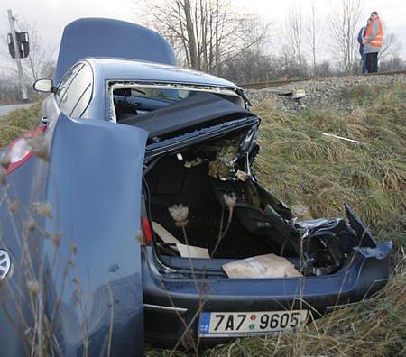 Na železničním přejezdu mezi Českými Budějovicemi a Včelnou skončila pro řidiče volkswagenu cesta do práce. Střet s osobním vlakem naštěstí  odneslo jenom auto, šofér z něj vystoupil bez zranění.