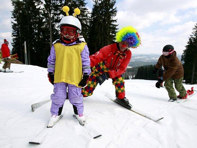 Lyžaři si užívali 16.března slunného víkendu na lyžích ve sjezdovém areálu Kramolín v Lipně nad Vltavou, kde se konal karneval na lyžích. V areálu Kobyla na šumavském Zadově slavili stý den provozu.