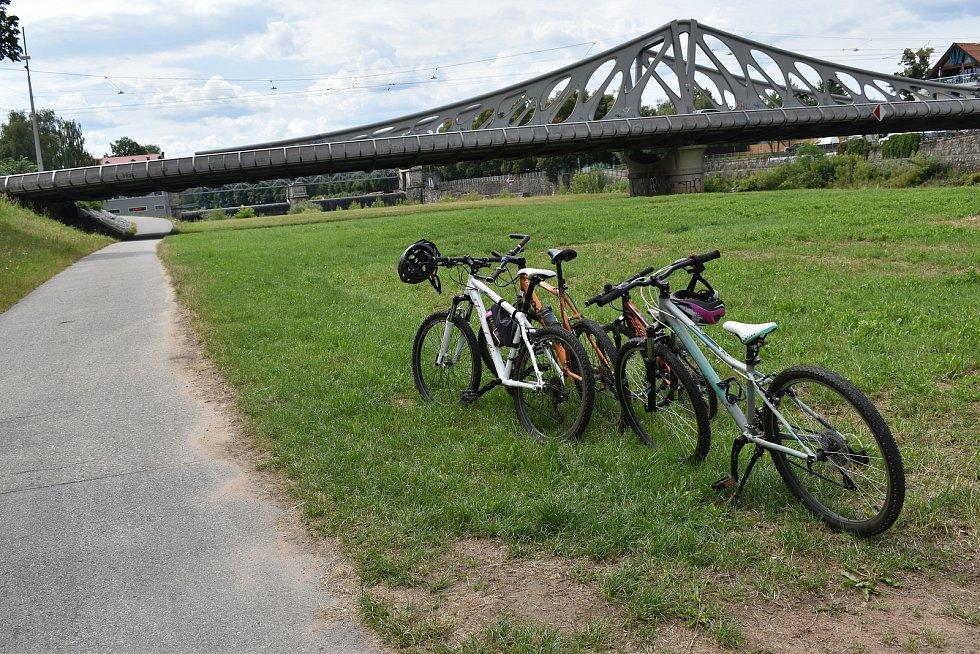 Po Dlouhém mostě se sice na kole jezdit nesmí, ale xylofonový koncert uvolněných prken je rovněž pastva pro uši, říká čtenář.