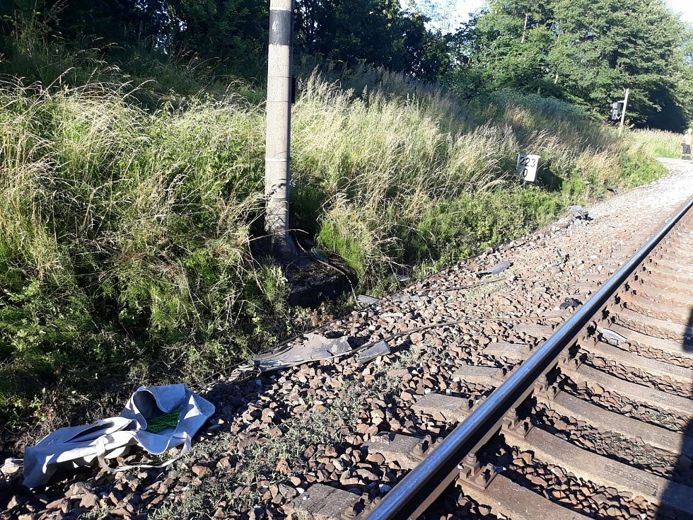 Při střetu auta s vlakem na přejezdu u Hluboké nad Vltavou 5. července 2020 nepřežil jeden člověk.