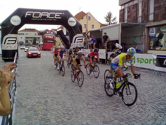 UNIKLI. Devítičlenná skupina jezdců, která ujela hlavnímu poli, najíždí do předposledního okruhu. Peloton mocně finišoval, nakonec ale přijel s minutovou ztrátou.