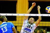 Stanislav Pochop blokuje Felizarda v prvním utkání Ligy mistrů.