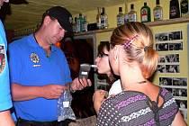 Českobudějovická městská policie kontroluje, jestli se mladistvým nenalévá alkohol.