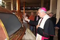 Českobudějovická delegace vyrazila do Vatikánu se 123 ručně balenými lahvemi Požehnaného piva. V září této várce budějovického Budvaru požehnal biskup Vlastimil Kročil.