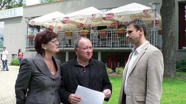 Kandidátku ČSSD v podzimních volbách povede Vítězslav Jandák (na snímku uprostřed). Na fotografii diskutuje s poslankyní Vlastou Bohdalovou a jihočeským hejtmanem Jiřím Zimolou.