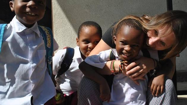 Mladá Rakušanka mezi africkými sirotky.