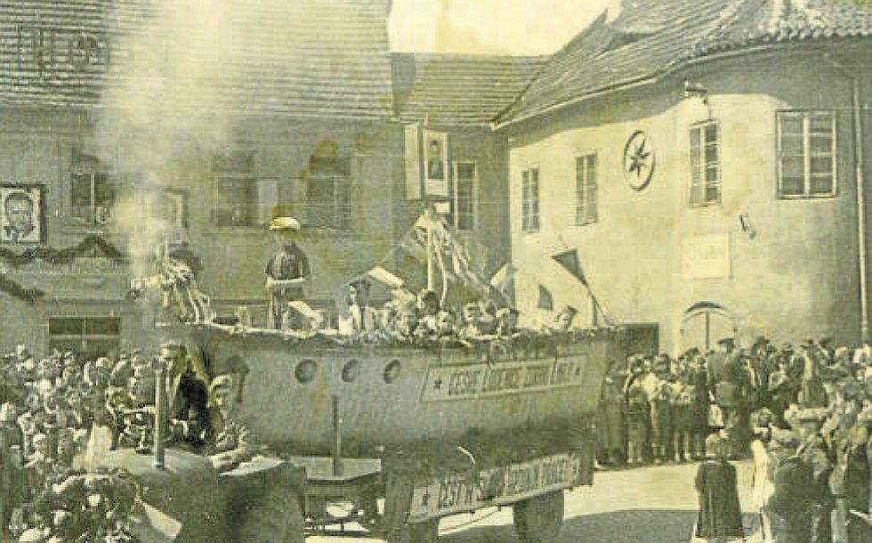 První máj roku 1952, alegorický vůz loděnice vjíždí na vltavotýnské náměstí.