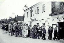 Hostinec U Kalkušů byl do postavení kulturníhodomu jediným kulturním a politickým centremobce. Zde na fotografii z roku 1957 šli obyvateléjednotně k volbám. Všichni samozřejmě volilikandidáty národní fronty.