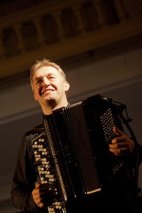 Jaromír Nohavica zahrál 6. července v českokrumlovské zámecké jízdárně na Festivalu komorní hudby. Vyprodaný sál tleskal 33 písničkám, zazněly i hity Dokud se zpívá nebo Hlídač krav. Na snímku Robert Kuśmierski.