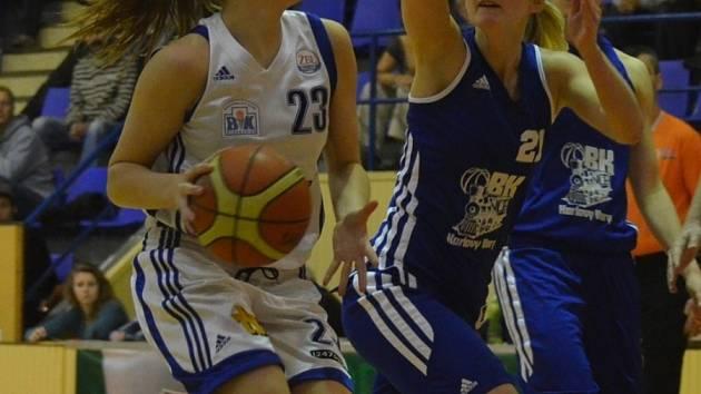 KŘÍDLO. Mladá strakonická basketbalistka Jolana Krejčová (s míčem) reprezentovala na mistrovství Evropy do 18 let v Portugalsku.