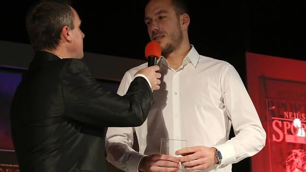 Zdeněk Křížek při vyhlášení výsledků 50. ročníku ankety o jihočeské sportovce roku odpovídá na pódiu.
