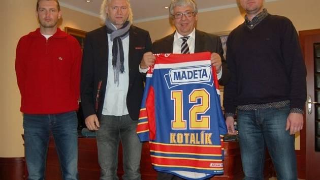 Generální ředitel společnosti Madeta Milan Teplý (na snímku s dresem) s provozním ředitelem Motoru ČB Petrem Sailerem (zcela vlevo), generálním ředitelem klubu Stanislavem Bednaříkem (druhý zleva) a prezidentem Romanem Turkem.