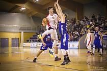 PŘECHOD SOUPEŘE. Přelstít protihráče se na snímku snaží pivot týmu Lions Karel Aušprunk (v bílém dresu).