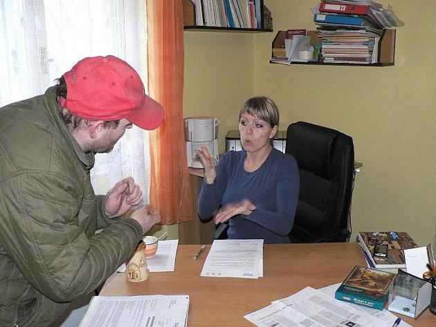 Tlumočnice pro neslyšící Renáta Brabcová v akci.