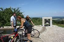 Hojná Voda. Meditační zvon přitahuje pozornost všech návštěvníků.