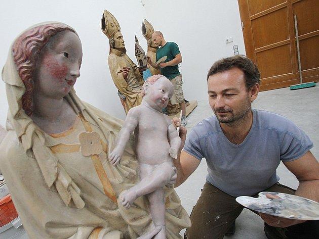 Kopie dvou gotických soch vytesaných v 15. století dokončili v těchto dnech restaurátoři Jan Korecký a Lukáš Hosnedl z Českokrumlovska.