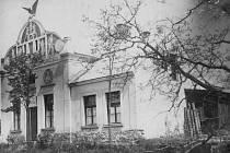 Historická fotografie sokolovny, dnes již budova vypadá jinak.
