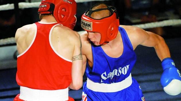 Jakub Schön (vpravo) se ostříleného Martina Svobody nezalekl a v zápase velice dobré úrovně ho na body udolal. Boxeři Samsonu Č. Budějovice nad spojeným týmem Děčína a Mostu zvítězili před šesti sty diváky 12:6 a vybojovali v extralize čtvrtou příčk