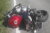 Motorkář zahynul v sobotu odpoledne u Srubce po střetu s osobním automobilem.