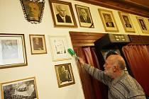 Miroslav Řeháček oprašuje ve svém hostinci U Hasiče v Haklových Dvorech portréty všech československých a později českých prezidentů.