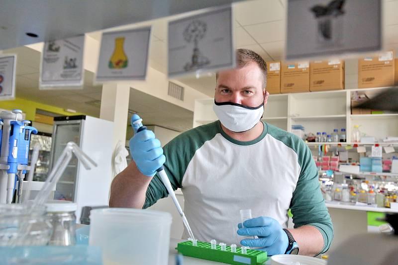 Biolog Zdeněk Paris z českobudějovické Akademie věd se nakazil koronavirovou infekcí ve Španělsku, kde byl na kongresu. V karanténě strávil tři týdny.