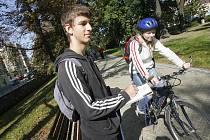 Student Jiří Svatoš kontroluje cyklisty.