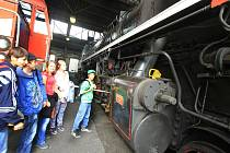 Den železnice slavili v pátek ctitelé mašin, vláčků a kolejí v českobudějovickém lokomotivním depu. V rámci dne otevřených dveří se mohli zájemci svézt například parním vlakem mezi železniční stanicí a depem.