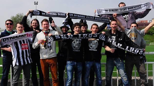 Výhru Dynama na Střížkově oslavovali i jejich nejvěrnější fanoušci.