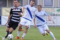 Petr Benát v zápase s Frýdkem-Místkem v souboji s Hykelem a Ilkem. Ve středu hraje Dynamo doma v předehrávce II. ligy s Opavou.