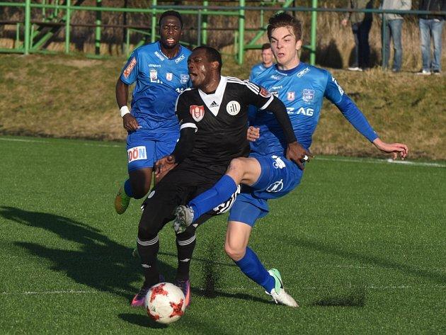Po tomto zákroku lineckého Pikkarainena na Augusto Batioju zahrávali fotbalisté Dynama ve 33. minutě pokutový kop, Ivo Táborský jej ale neproměnil.