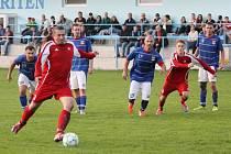 Stoper Tomáš Slepička bezpečně proměňuje penaltu v podzimním zápase I.B třídy s Planou.