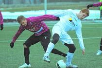 Nasazení svých svěřenců si v sobotní přípravě Dynama s Mostem (4:1) v Táboře pochvalovali trenéři obou týmů: na snímku Jaroslav Hílek atakuje mosteckého Lukáše Schuta.