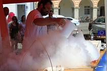 Jan Proll ze spolku VĚTEV při pokusu s kapalným dusíkem.