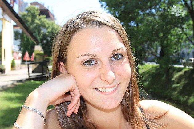 Sedmnáctiletá Hana Traplová z Vrábče se uchází o titul Miss hasička 2011. Ve volném čase ráda hraje tenis, chodí plavat a nepohrdne ani dobrou knihou, zvlášť, když je to detektivka