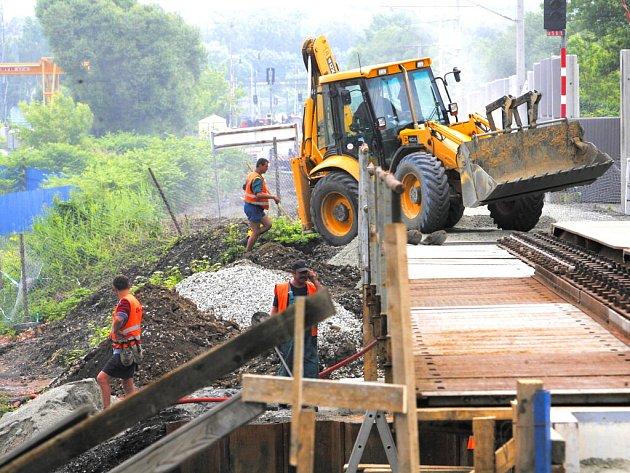 Práce na rekonstrukci železniční trati z Českých Budějovic do Horního Dvořiště, která patří také do IV. železničního koridoru, pokračovaly i ve čtvrtek.